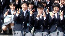【画像】集合写真でパンチラサービスしてくれるJKたちwwwの画像