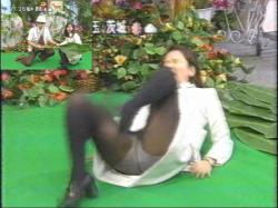 【画像】テレビでがっつりパンチラをさらしてしまった芸能人たちwwwの画像