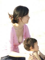 【画像】無防備過ぎる人妻たちのやわらかそうな胸チラ盗撮!の画像