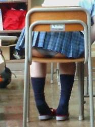 【画像】学校でクラスメイトのパンチラを盗撮して売り飛ばす!の画像