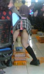 【画像】パチンコには負けたけど、可愛い店員のパンチラを盗撮できたので痛み分けwwwの画像