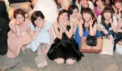 【画像】友達の結婚式の集合写真でパンチラしちゃった赤っ恥な女たちwwwの画像
