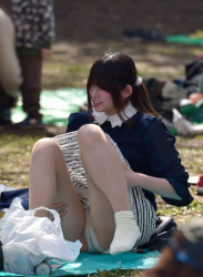 【画像】公園というリラックスゾーンで無防備にパンチラしてしまう女達!の画像