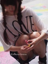 【画像】スカートなのに無防備にしゃがみ込みパンチラしている女子を盗撮!の画像