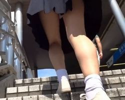 【パンチラ盗撮】見るからに垢抜けない女子校生を密着追跡!顔#038;パンチラの撮影に成功!の画像