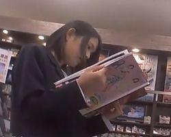 【パンチラ盗撮】クロネコの配達便流出!本屋で立ち読み中の女子校生に密着!の画像