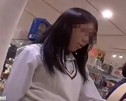 【パンチラ盗撮】クロネコの配達便流出!お母さんと買い物中の女子校生をロックオン!の画像