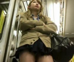 【パンチラ盗撮】これはイイ撮り師www電車で出会った激カワギャルJKのパンチラ撮りに成功!の画像