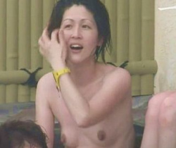 【風呂隠撮】人妻熟女たちで賑わう絶景露天で隠し撮り!の画像