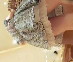 【パンチラ盗撮】 パンチラえんじぇる流出!ショッピング中のお嬢様のマンコぷっくりパンチラの画像