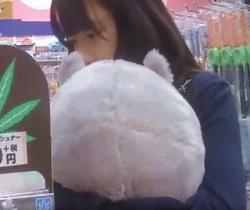 クロネコの配達便流出!ぬいぐるみを抱っこしながら買い物中のお嬢さんを狙う!の画像