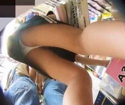 わんぱく液流出!靴カメ仕込んで店内徘徊!C&Kのエロリパンチラの撮影に成功の画像