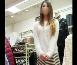 【すとろべりぃしぇいく】なんか色々ハミってるwww激カワショップ店員の極小Tバックを隠し撮りの画像