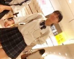 放課後デート中の童顔女子校生を前から後ろからバッチリ逆さ撮り!の画像