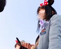 某夢の国で隠し撮り!ミニスカ女子校生のピンクのサテンPの画像