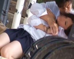 昼間から公園で彼氏といちゃつく女子校生はチラチラパンツが見えまくり!の画像