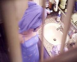 浴室格子窓に定点カメラを設置!民家脱衣所を隠し撮り!の画像