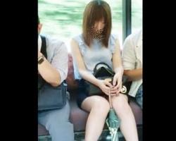 電車内でぼんやりしている美人さんを正面から隠し撮り!の画像