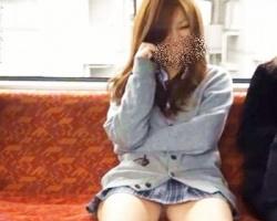 堂々と股開いててワロタw電車内で白ギャル女子校生の対面パンチラ撮影に成功!の画像