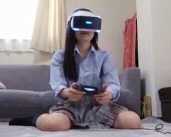 ここぞとばかりにやりたい放題!VRプレイ中の女子校生にバレないようにパンチラ胸チラ撮りまくり!の画像