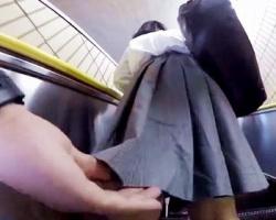 バレないようにこそっとスカートめくり撮り!女子校生のパンツを撮り漁る撮影者の画像