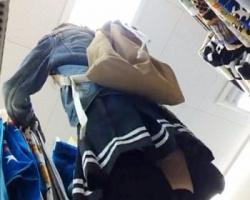 黒ニーハイ×食い込み白P!ショッピング中の女の子を背後からこっそり隠し撮りの画像