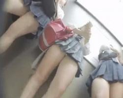 放課後ゲーセンを楽しむ制服女子集団を粘着隠し撮り!の画像