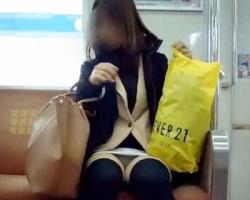 おパンツがっつり丸見え!電車で正面に座った黒ニーソお姉さんの三角地帯と絶対領域を楽しむの画像