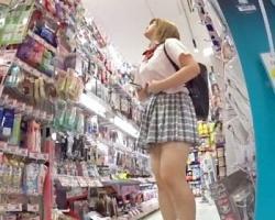金髪白ギャル女子校生をストーキング逆さ撮り!の画像