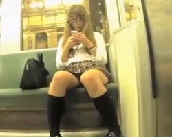 全く気付く気配がないwスマホに夢中になる制服女子を粘着隠し撮りの画像