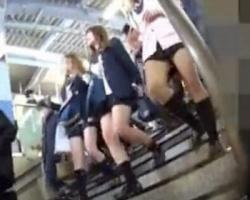 駅で見かけたギャル女子校生たちを追跡隠し撮りの画像