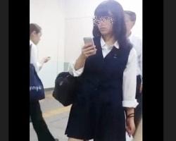 スマホに夢中になる女子校生をロックオン!スカートめくって白Pゲット!の画像