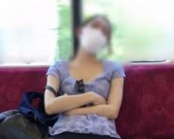 ヤバ過ぎwww電車内でがっつり開脚ガニ股全開パンチラしている女性に遭遇!の画像