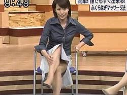 野村真季アナ セルフふくらはぎマッサージを実演してスカート捲れパンチラチャンス!の画像