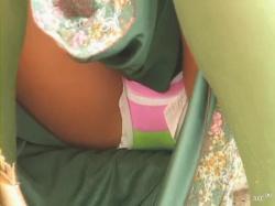 【パンチラ】階段に座ってるお姉さんの羽根付きパンツを隠し撮りwww【海外盗撮】の画像