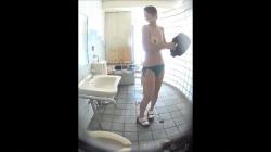 海の家のトイレで着替える日焼けギャルを隠し撮りwww【盗撮】の画像