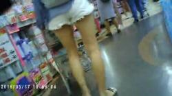 買い物中ショーパン素人お姉さんの美脚を隠し撮りwww【盗撮】の画像