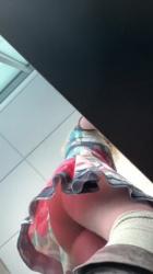授業中の熟女先生を生徒が悪戯逆さ撮りパンツ盗撮wwwの画像