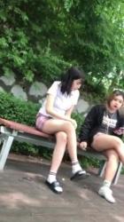 韓国のヤンキーJKが公園のベンチに座り唾吐きまくってるところをこっそり隠し撮りwww【盗撮・コリアン娘】の画像