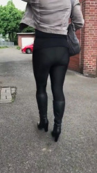 ブラックレギンスブラックブーツ女性の背後から透けてるパンツ撮影www【パンチラ】の画像