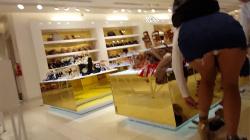 【パンチラ】アパレルショップでデニムのミニスカお姉さん屈み白パンツを隠し撮りwww【海外盗撮】の画像