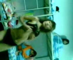 大学女子寮でルームメイトが見てる前で下着姿からブラ外し激しいダンスライブ配信するJDwwwの画像