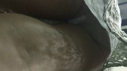 【パンチラ】エスカレーターに乗り込むミニスカお姉さんを逆さ撮り羽根付きパンティ隠し撮りwww【盗撮・生理中】の画像