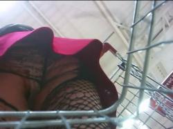 【パンチラ】スーパーでカート押してる女性を逆さ撮りビリビリに破れた網タイツ越しパンツを隠し撮りwww【盗撮】の画像
