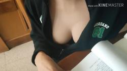 【胸チラ】英語を教えてくれるノーブラ巨乳先生のおっぱい乳首を隠し撮りwww【盗撮】の画像