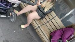バス停のベンチに座りタバコ吸ってるミニスカ子連れママの太い太ももを隠し撮りwww【盗撮】の画像