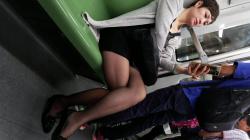 電車内で脚を組んで座ってる黒ストおばさんを隠し撮りwww【盗撮】の画像