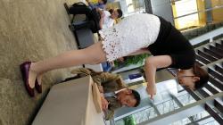 脚がエッチなレースのミニスカートお姉さんを隠し撮りwww【盗撮】の画像