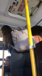 混んでるバス内で立ってる女子のレギンス尻を隠し撮りwww【盗撮】の画像