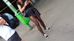 野外でタバコ吸ってるショーパン黒ストスニーカー女性を隠し撮りwww【盗撮】の画像